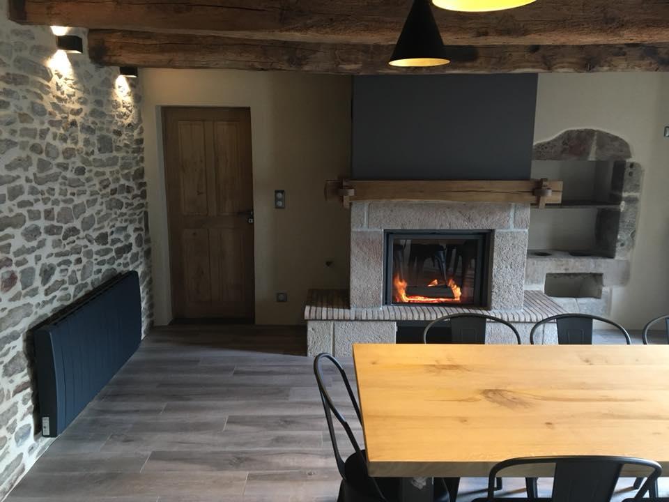 Une vue de la salle à manger et de sa cheminée