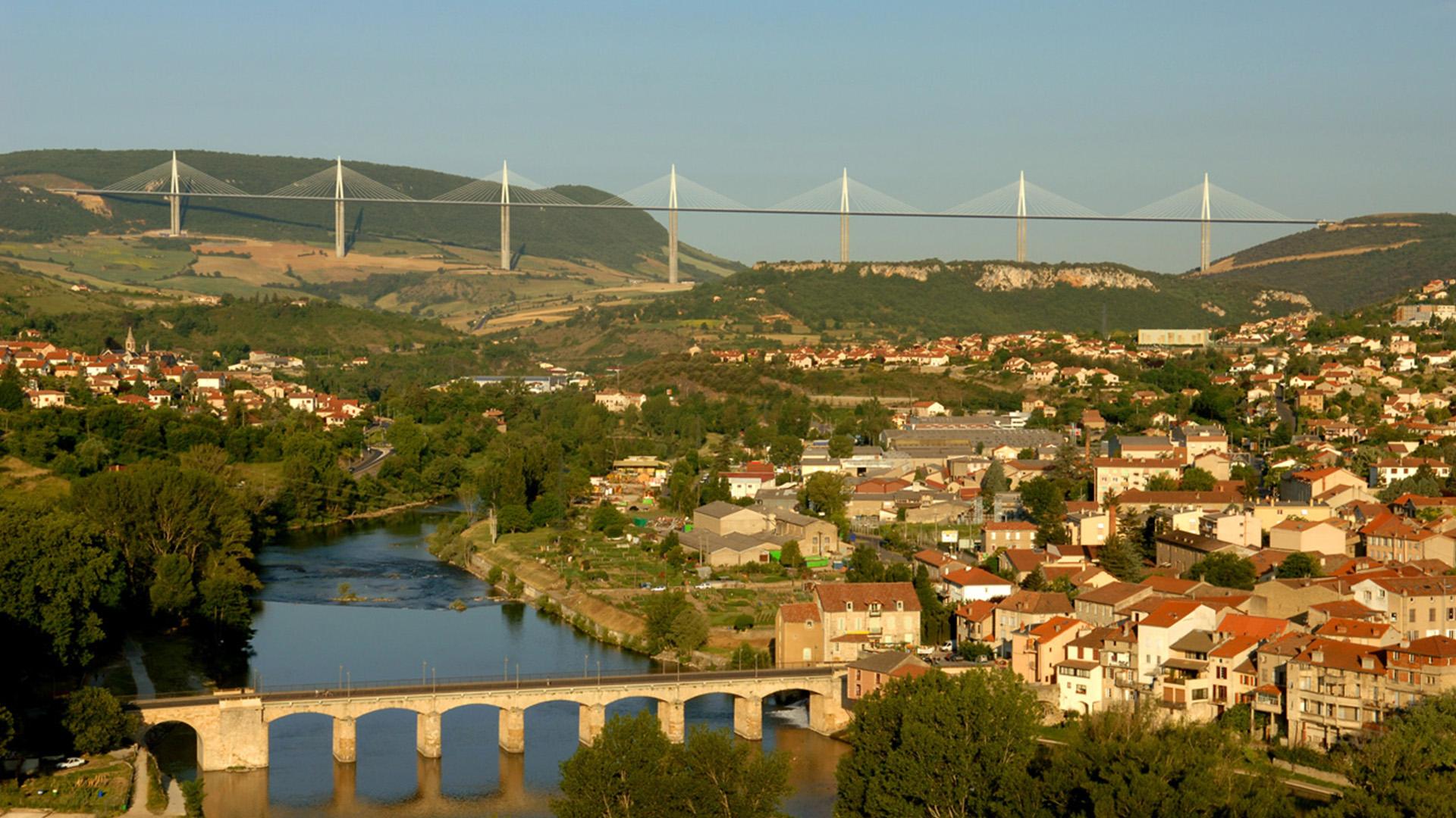 Une vue de Millau et de son célèbre viaduc