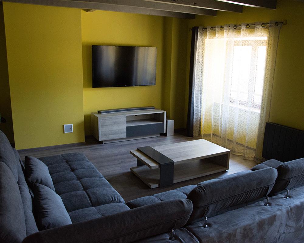 Salon avec TV et home cinéma